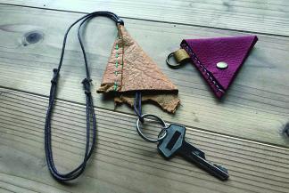 静岡産の鹿革で作る 三角コインケース・キーホルダー